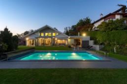 Gartenfotografie Garten mit Pool und Haus blaue Stunde