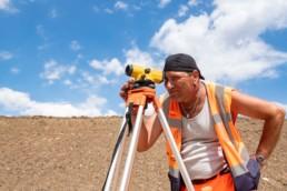 Bauarbeiter Messen auf der Baustelle