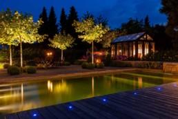 Gartenfotografie Gartenhaus im Garten blauen Stunde