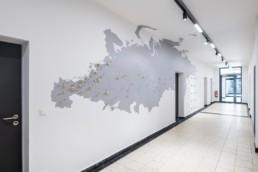 Architekturfotografie Nordost-Institut langer Flur mit Garderobe